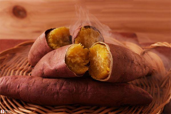 Khoai nướng xong phải có mật chảy ra, củ khoai mềm, vỏ khoai tróc ra. Ruột khoai màu vàng, ăn mềm và ngọt.