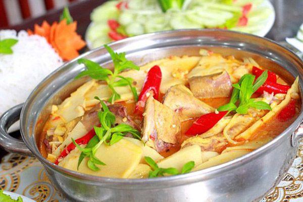 Nồi lẩu có vị cay hăng vừa phải, vị chua đậm đà khử mùi tanh của vịt và vị đặc trưng của măng