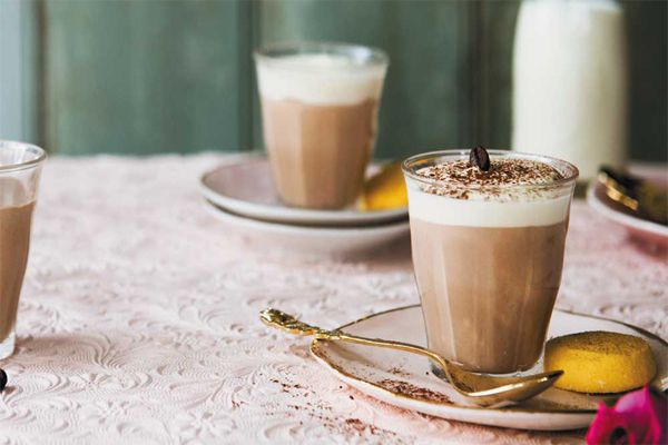Sự kết hợp giữa trà như trà đen pha trà sữa cùng macchiato làm cho các tín đồ trà sữa mê mẩn