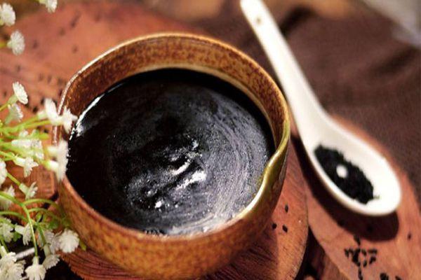 Chè mè đen sắn dây còn có tác dụng thanh nhiệt cơ thể, bổ máu, làm đẹp da, mượt tóc, trị chứng thiếu máu