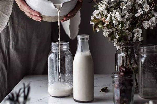 Nếu bạn có sẵn một ít mè đen, tại sao không thử làm sữa vừng đen nhỉ?