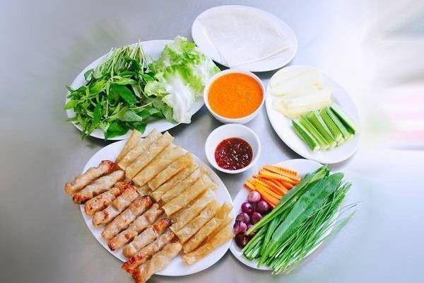 Nha Trang được biết đến với nhiều món ăn vùng biển đặc sản nhưng lại xuất hiện lạ lẫm với nem nướng